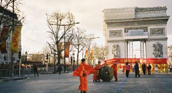 Sphère en défilé, Champs Elysées sur le site d'ARTactif